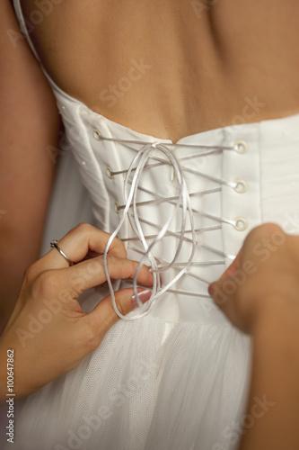 a3b939f395c07a7 Спина невесты/девушки в белом свадебном платье со шнуровкой ...