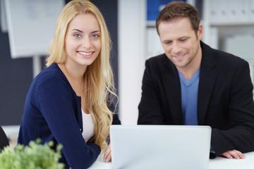 motiviertes junges team arbeitet am laptop