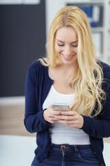 frau liest ihre nachrichten auf dem smartphone