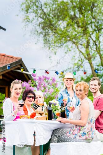 M nner und frauen feiern auf gartenparty sie essen und - Gartenparty essen ...
