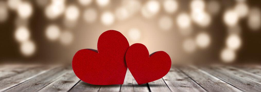 Lieben zwei Herzen auf einen Holztisch