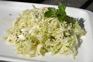 organisch lifestyle krautsalat hölzern modern closeup beilage coleslaw wildkräuter
