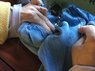mujer arreglando pantalón