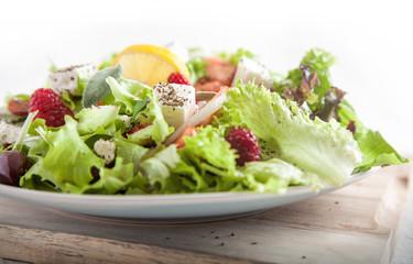 Frühlingshafter Salat mit Feta und Zitrone