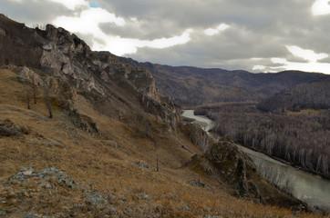 горный склон и река