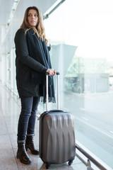 Frau auf Reise mit Handgepaeck im Winter