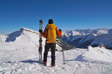 Skitourengeher am Gipfel mit Aussicht