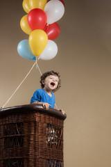 Pequeno garoto bebê em uma aventura de balão