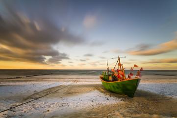 Kuter rybacki na bałtyckiej plaży zimą
