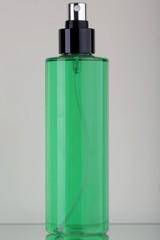 Flacone in plastica trasparente con liquido verde e spruzzatore nero