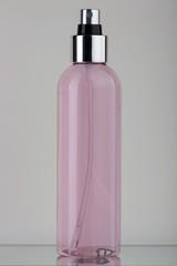 Flacone in plastica trasparente con liquido rosa e spruzzatore cromato