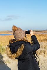 Nordsee Urlauberin mit Kamera