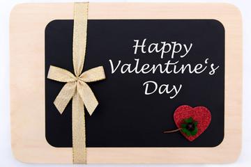 rotes Herz und ein Kleeblatt auf einer Tafel