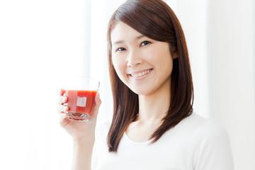 トマトジュースを飲む女性 ダイエット