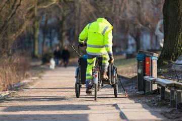 Straßenkehrer mit dem Rad