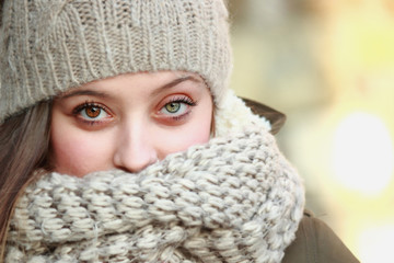 Ritratto di bella e giovane ragazza in abiti invernali