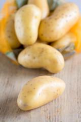 Rohe Kartoffeln liegen auf einem Holzbrett