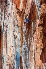 Photo sur Toile Les Textures Female Mountain Climber lead climbing natural Rock