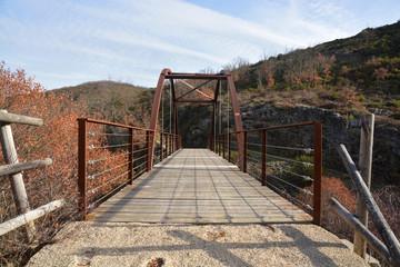 puente de madera en un camino de montaña