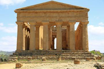 Restaurierter dorischer Concordia-Tempel im Valle dei Templi auf Sizilien