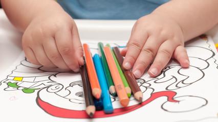 Kinderhände mit Malstiften