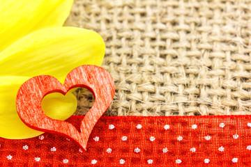 ein rotes Herz und eine Chrysanthem