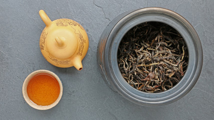 Thé Pu'er avec théière et coupe de thé sur fond ardoise