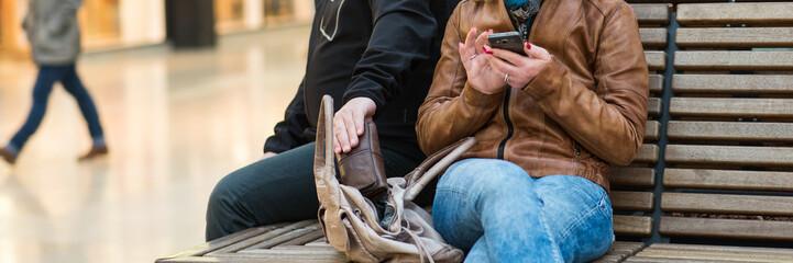 junger frau wird die geldbörse aus der handtasche gestohlen