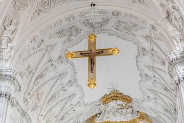 Kirche mit Blick zum Kreuz