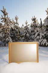 рамка на фоне заснеженного соснового леса