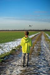 Junge lässt Drohne fliegen