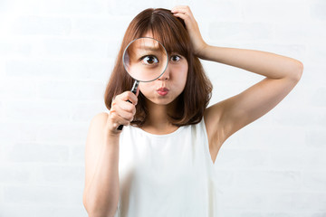虫眼鏡 / 頭を抱える女性