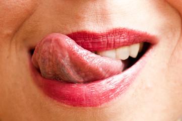 détail bouche gourmande de femme