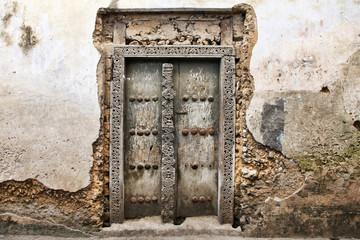 Poster Zanzibar Old wooden door at Stone Town