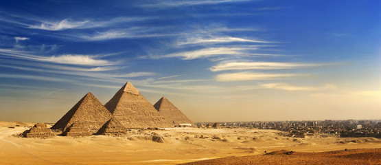 Photo sur cadre textile Egypte Egypt. Cairo - Giza. General view of pyramids and cityscape from the Giza Plateau (on front side: 3 pyramids popularly known as Queens' Pyramids; next: the Pyramid of Mykerinos, Chephren and Cheops)