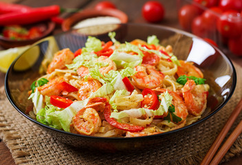 Udon pasta with shrimp, tomatoes and paprika.