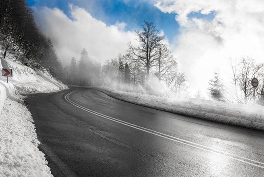 winterliche Landstraße am Feldberg