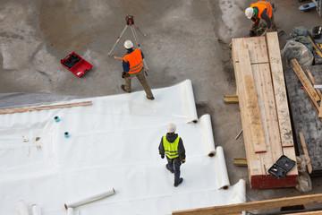 Folienrollen auf Beton