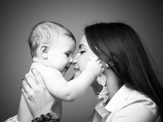 Bebé acariciando a su madre