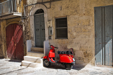 Fotorolgordijn Scooter Alleyway of Monopoli. Puglia. Italy.