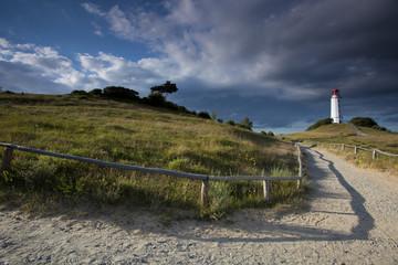 Hiddensee im ersten Licht des Tages im Spiel mit der aufgehenden Sonne und den Wolken