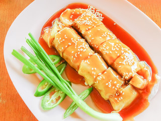 Fresh spring rolls with sweet sauce
