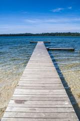 Fototapeta Czyste piękne jezioro i pusty drewniany pomost. Piękna letnia pogoda  obraz
