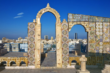 Papiers peints Tunisie Tunisia. Tunis - old town (medina) seen from roof top. Ornamental arches and wall covered tiles with geometric shape motifs