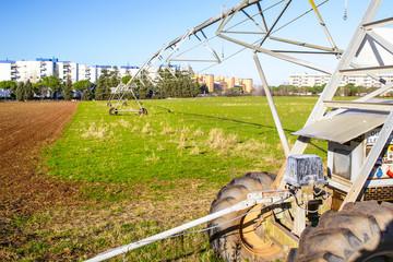 sistema di irrigazione in un campo coltivato alla periferia di Roma