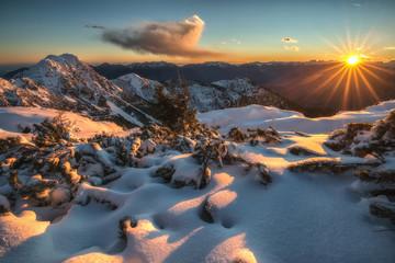 Tramonto in montagna con raggi solari