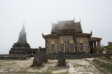 Templo budista envuelta de niebla en las montañas de Kampot, Camboya