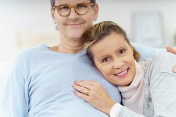 attraktive ältere frau lehnt sich an ihren mann