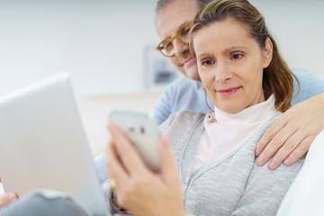 modernes paar mit laptop und smartphone
