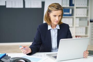 kompetente ältere geschäftsfrau arbeitet am laptop